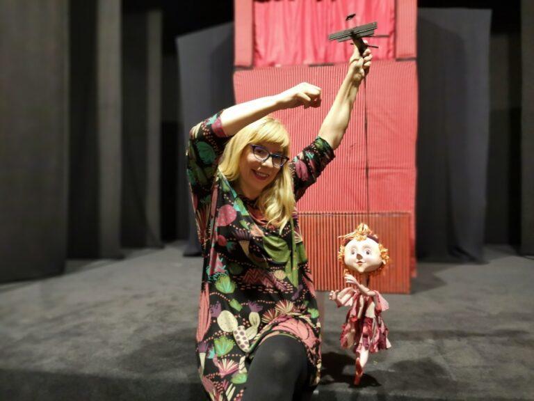 """Magdalena Lupi Alvir i lutka iz predstave """"Mala vještica"""" autorice Agate Freyer Majaron, foto: GKL Rijeka"""